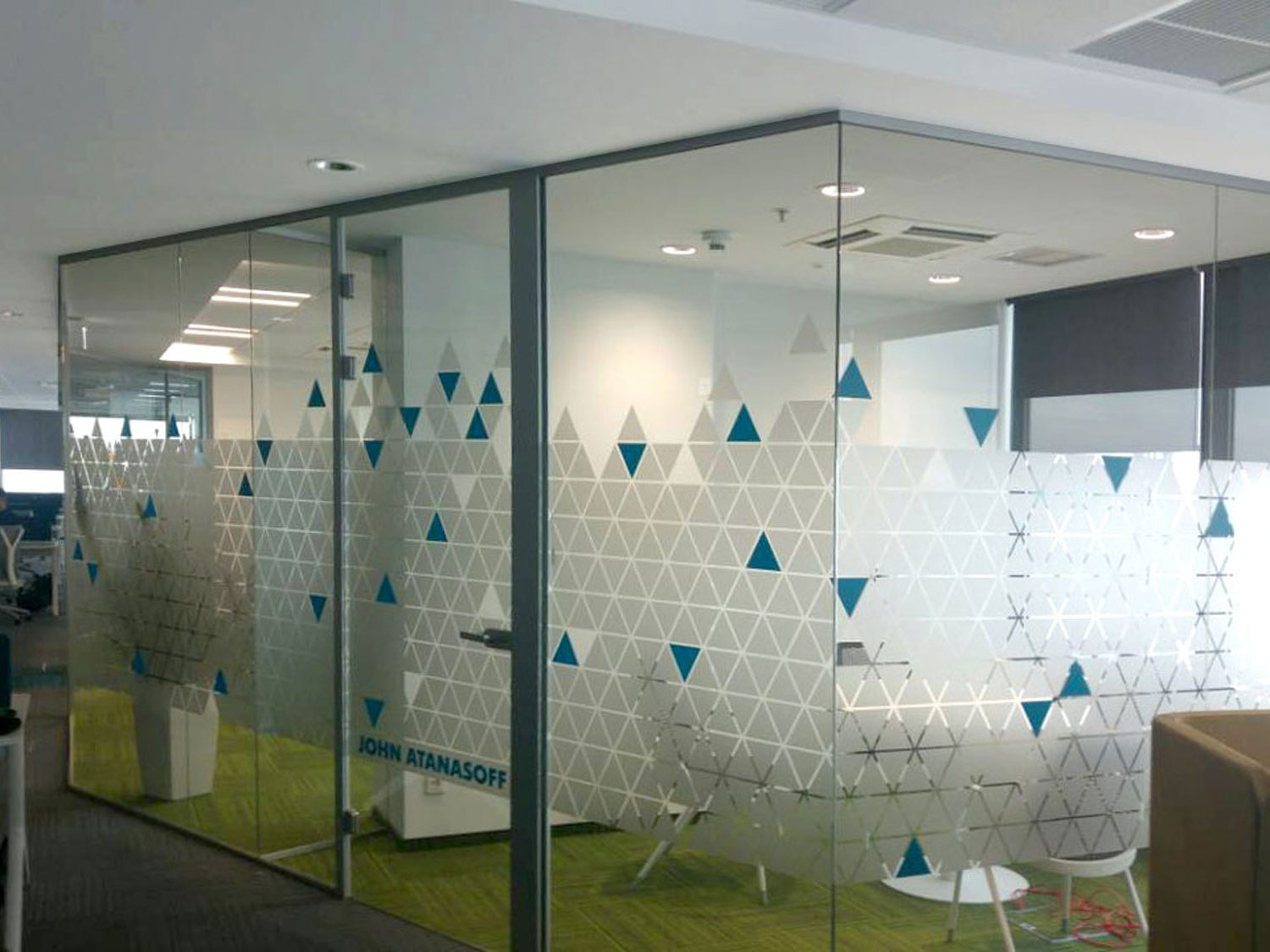 Glass walls decorated with triangles pattern / фростинг за стъкла